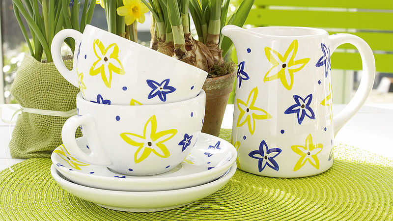 Decorating porcelain tea cups